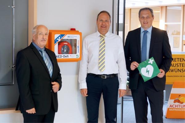 Die Raiffeisen-Volksbank Fresena eG rüstet alle Filialen mit Defibrillatoren aus